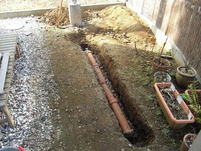 水はけ改善の溝を掘る